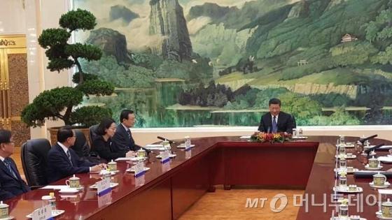 중국을 방문 중인 이해찬 특사가 19일 시진핑 국가주석과 만나 한·중 관계의 중요성에 대해 공감대를 확인했다. 이 특사는 시 주석에게 한·중 FTA에 서비스부문을 추가할 것과 평창올림픽 때 평화 독트린을 발표해줄 것을 제안했다고 밝혔다. (사진=베이징 공동취재단)