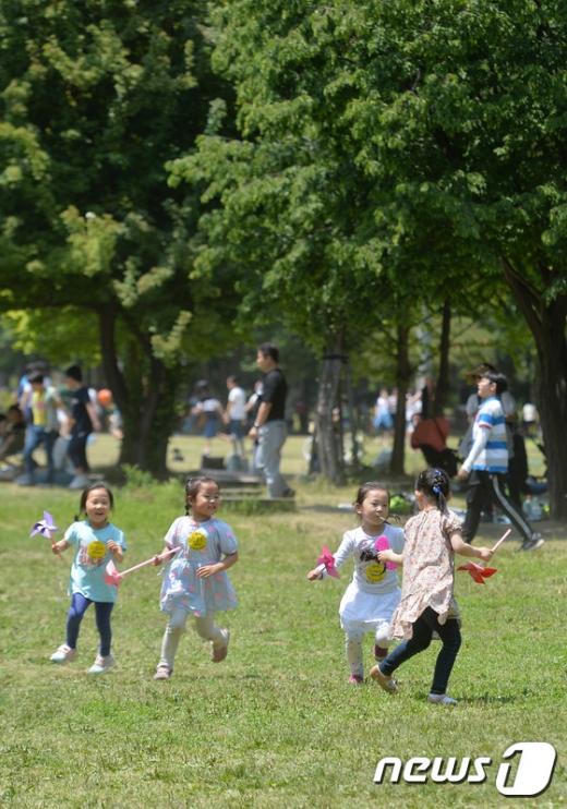 [사진]숲 속을 뛰노는 아이들