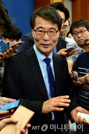 장하성 靑 정책실장 선임…대한화섬·화성산업 '신고가'