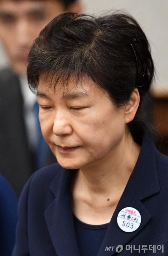'박근혜 첫 재판' 방청 당첨돼 법원 직관 다...