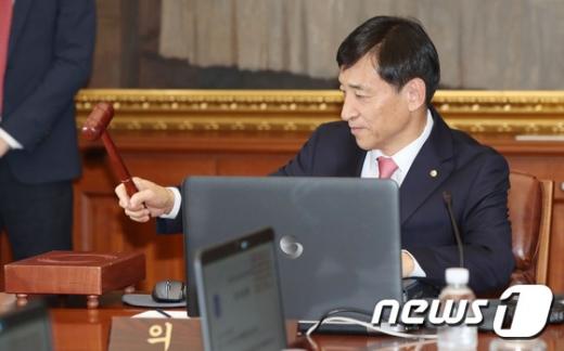 [사진]의사봉 두드리는 이주열 한국은행 총재