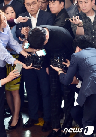 """개그맨 유상무(가운데)가 지난해 5월31일 오전 서울 강남경찰서에서 성폭행 미수 혐의에 대해 조사를 받기 위해 출두하기 전 """"심려를 끼쳐 죄송하다""""며 사죄의 인사를 전하고 있다. / 사진=뉴스1"""
