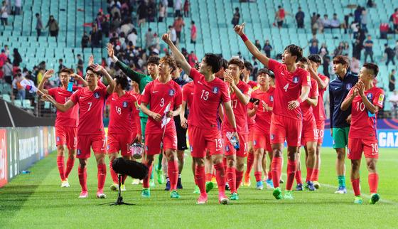 20일 오후 전북 전주월드컵경기장에서 열린 'FIFA U-20 월드컵 코리아 2017' A조 대한민국과 기니의 경기를 3:0으로 승리한 대한민국 축구국가대표팀이 관중석을 돌며 인사를 하고 있다./사진=뉴스1