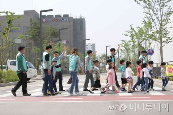기아차, 초등 저학년 학생 가방에 교통안전 반사카드 제공