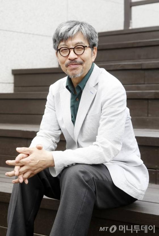 올해로 사서 인생 35년이 되는 이용훈 전 서울도서관장(57)은 사서가 독서 문화의 변화를 이끌고 시민사회의 문화적 토양을 강하게 하는 역할을 한다고 말한다./ 사진=김휘선 기자