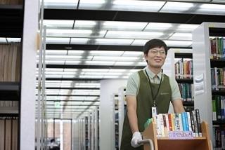 영화 '플랜 맨'은 도서관 사서인 주인공을 조용하고 까칠하며 고루한 성격으로 그린다.