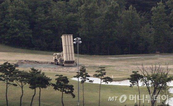 사드(고고도미사일방어체계·THAAD)발사대 2기외에 4기의 발사대가 한국에 비공개로 추가 반입 됐다. 30일 오후 경북 성주 골프장에 기존에 설치된 사드 발사대가 하늘을 향하고 있다.2017.5.30/뉴스1  <저작권자 © 뉴스1코리아, 무단전재 및 재배포 금지>