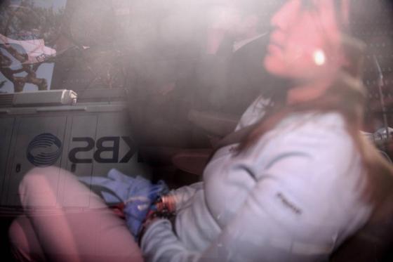 31일 정유라씨가 서울 서초구 서울중앙지방검찰청으로  향하는 차량내부에서 다리를 꼬고 앉아 있다./사진=뉴시스