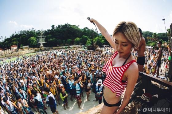 캐리비안 베이가 선보이는 '메가 웨이브 페스티벌'의 클럽 DJ 파티. /사진제공=에버랜드<br />