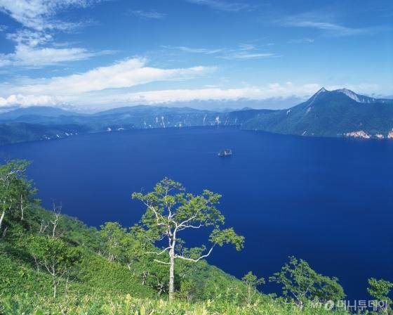 9일부터 시작되는 국내 최대 규모의 여행 축제인 하나투어 여행박람회가 올해 추천 여행지로 꼽은 일본 홋카이도. 사진은 홋카이도 내 도야 호수 모습. /사진제공=하나투어<br />