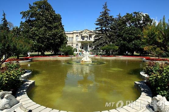 연못 앞에서 바라본 돌마바흐체 궁전/사진=이호준 시인·여행작가