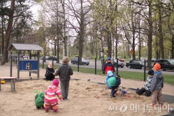 핀란드 헬싱키의 한 놀이터. 헬싱키 도심에선 숲과 어우리전 놀이터를 쉽게 찾을 수 있다./사진=헬싱키(핀란드) 김평화 기자