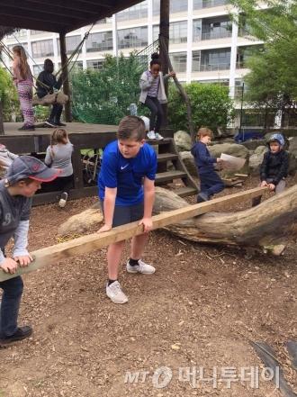 영국 런던 '워터사이드 어드밴처 플레이그라운드'는 만6~12세 아동이면 누구나 이용할 수 있는 놀이시설이다. 자연친화적 모험 놀이터로 꾸며진 실외 뿐 아니라 실내 놀이 공간도 구비했다./사진제공=워터사이드 어드밴처 플레이그라운드