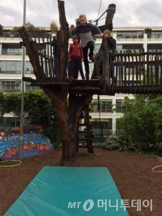 영국 런던 '워터사이드 어드밴처 플레이그라운드'는 만 6~12세 아동이면 누구나 이용할 수 있는 놀이시설이다. 자연친화적 모험 놀이터로 꾸며진 실외 뿐 아니라 실내 놀이 공간도 구비했다./사진제공=워터사이드 어드밴처 플레이그라운드