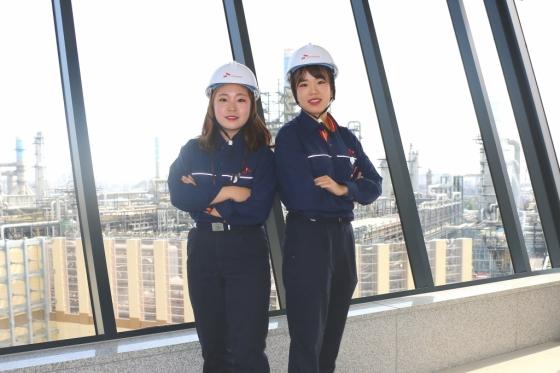 SK인천석유화학 최초의 여성 생산직 교육생으로 선발된 정보경씨(왼쪽, 25)와 여성으로는 두번째 엔지니어로 입사한 이해은씨(오른쪽, 26).