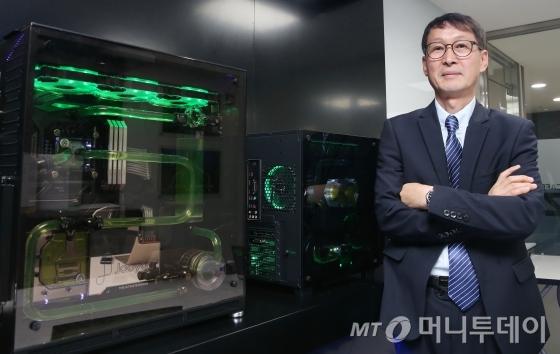 김희라 주연테크 대표가 자사의 수냉식 컴퓨터를 소개하고 있다./ 사진=김기범 기자