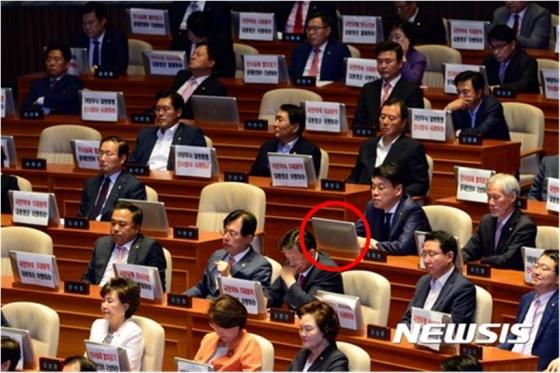 지난 12일 문 대통령의 국회 시정연설에서 피켓시위에 동참하지 않은 장제원 자유한국당 의원의 모습이 카메라에 포착됐다./사진=뉴시스