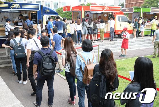 서울의 한 대학 캠퍼스 내 푸드트럭들이 영업하고 있다. /사진=뉴스1