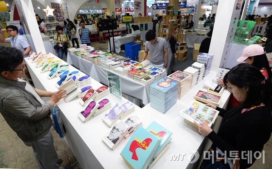 제23회 서울국제도서전이 막을 올린 14일 서울 강남구 코엑스 전시장에서 관람객들이 부스를 살펴보고 있다. /사진=뉴스1