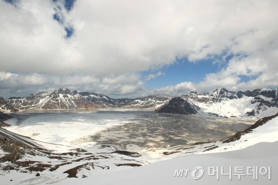 백두산 정상의 천지. 6월인데도 얼음이 풀리지 않았다./사진=이호준 시인·여행작가