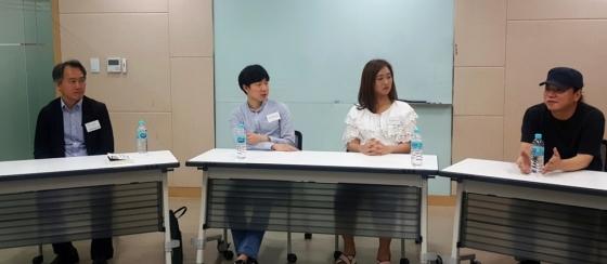 (왼쪽부터) 박상준 서울SF아카이브 대표, 이건혁 작가, 박지혜 작가가 김창규 작가의 이야기에 집중하고 있다. /사진=구유나 기자