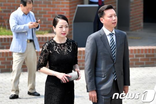 노현정 전 KBS 아나운서가 남편과 함께 16일 정몽준 아산재단 이사장의 장녀 정남이 아산나눔재단 상임이사의 결혼식에 참석하고 있다./ 사진=뉴스1