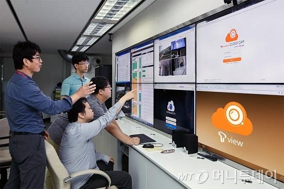 SK텔레콤의 구성원들이 분당 소재 T뷰 개발·검증센터에서 각종 기능을 점검하고 있다./사진제공=SK텔레콤
