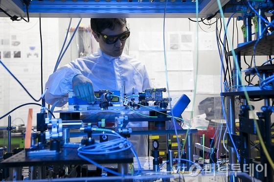 양자암호통신 실험망이 구축되어 있는 SK텔레콤 분당 사옥에서 연구원들이 양자암호통신 관련 장비를 테스트하는 모습./사진제공=SK텔레콤.