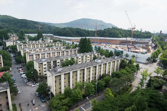서울 강남구 개포주공 4단지 모습(왼쪽)과 재개발이 진행중인 3단지 모습./사진=뉴스1