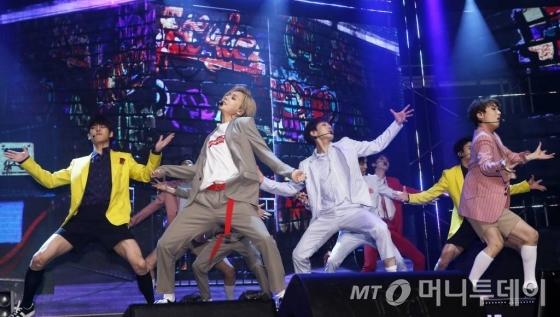 그룹 펜타곤이 12일 오후 서울 마포구 합정 메세나폴리스 판스퀘어에서 진행된 세 번째 미니앨범 'CEREMONY' 발매 기념 쇼케이스에서 멋진 무대를 선보이고 있다.