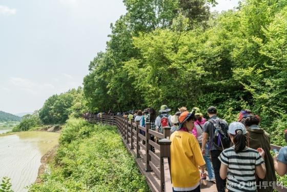 라디엔티어링과 함께하는 낙동강 쌍절암 생태숲길 걷기여행. /사진제공=문화체육관광부<br />