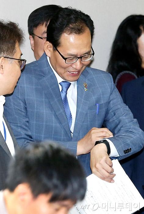 [사진]시간 확인하는 고형권 기획재정부 제1차관