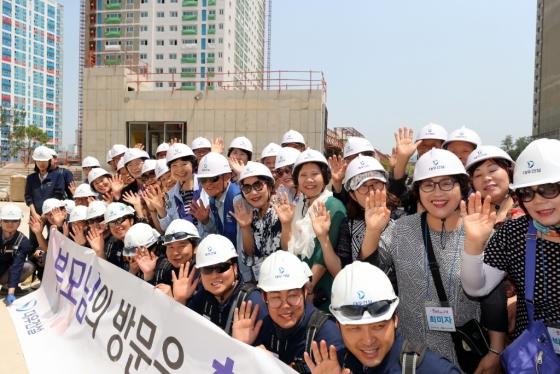지난 16일 대우건설 임직원 부모님들이 인천광역시 서창 센트럴 푸르지오 현장을 방문하고 기념 촬영했다/사진=대우건설