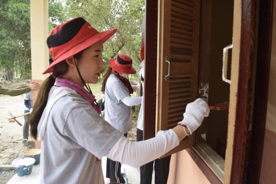 LG디스플레이 노동조합이 캄보디아 지역의 열악한 지역을 찾아 릴레이 봉사활동을 펼쳤다. 봉사활동 참가자가 초등학교의 열악한 학습시설을 개보수 하고 있다. /사진제공=LG디스플레이