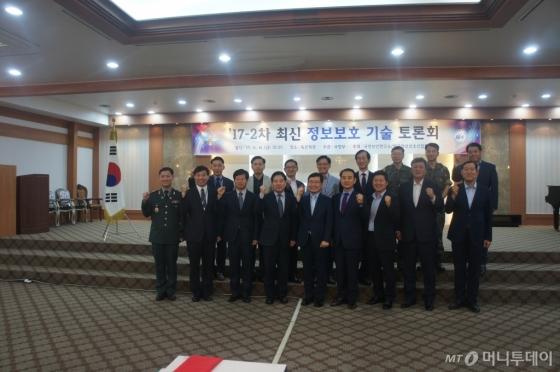 /(앞줄 왼쪽에서 다섯번째) 홍기융 한국정보보호산업협회장 /사진제공=한국정보보호산업협회
