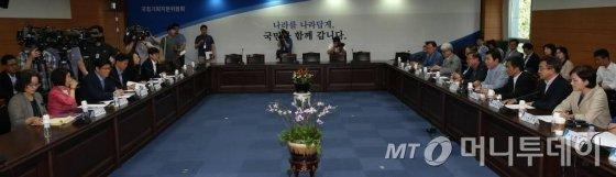 김진표 국정기획자문위원장이 11일 오후 서울 종로구 통의동 금융감독원 연수원에서 열린 유치원·어린이집 통합(유보통합)과 관련한 끝장토론에서 모두발언을 하고 있다.