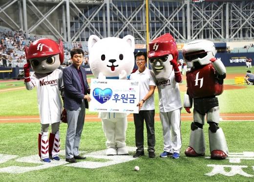 최성욱 JT저축은행 대표(오른쪽)가 지난 17일 서울 고척 스카이돔에서 진행된 '제이티 데이'에서 이창열 한솔종합복지관 부장에게 야구 꿈나무 후원금을 전달하고 있다. / 사진제공=JT저축은행