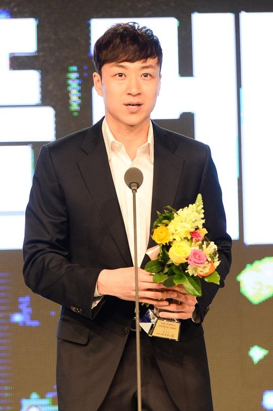 2016-2017 KCC 프로농구 시상식에서 '이성구 페어플레이상'을 수상한 김영환. /사진=KBL 제공<br /> <br />