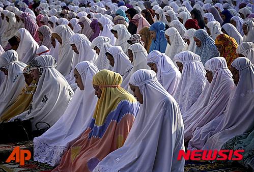 인도네시아 반다아체의 한 이슬람사원에서 여성 신도들이 기도를 올리는 모습./반다아체=AP/뉴시스