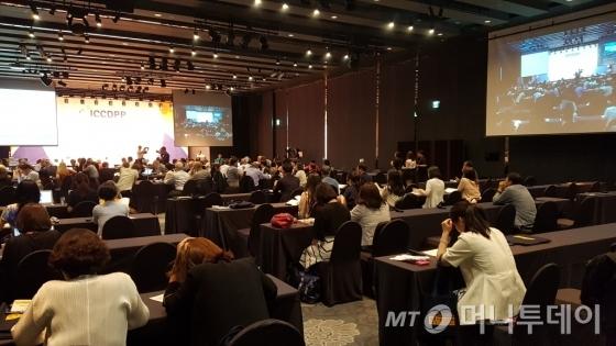 19일 서울 메이필드호텔에서 열린 '제8차 국제진로개발·공공정책센터(ICCDPP) 심포지엄'에 참석한 참석자들이 첫날 강연을 듣고 있다./사진=교육부 제공