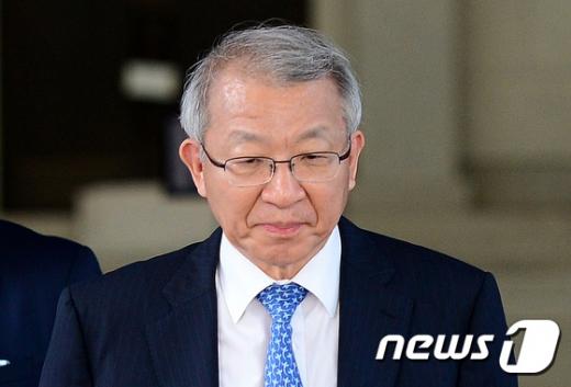 [사진]굳은얼굴로 퇴근하는 양승태 대법원장