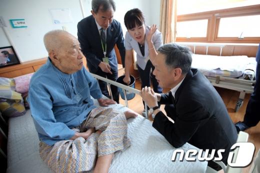 [사진]광주보훈요양원 찾은 최완근 차장