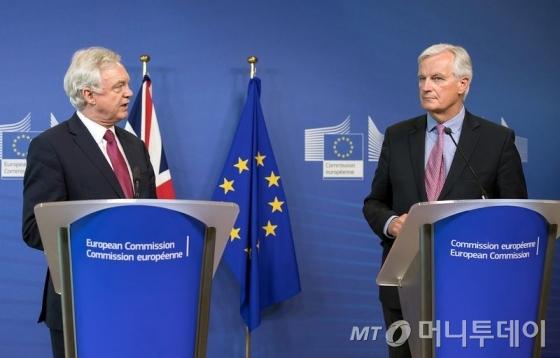 데이비드 데이비스 영국 브렉시트부 장관(왼쪽)과 미셀 바르니에 EU협상 수석대표가 19일(현지시간) 브뤼셀에서 브렉시트 협상 시작에 앞서 기자회견을 갖고 있다. /AFPBBNews=뉴스1
