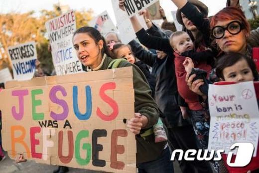 지난 1월 31일 (현지시간) 미국 사우스캐롤라이나 주 컬럼비아에서 도널드 트럼프 미국 대통령의 반 이민 행정명령에 항의하는 시민들이 피켓을 들고 시위를 하고 있다.  © AFP=뉴스1 © News1 우동명 기자
