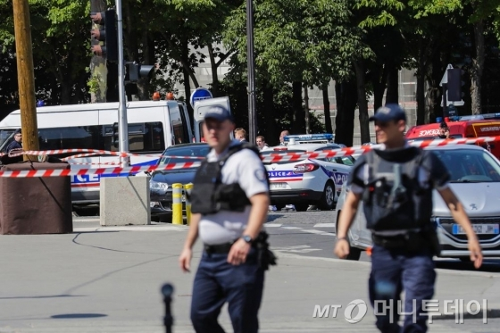 파리 샹젤리제 거리서 테러 의심 '차 돌진·폭발' 사고