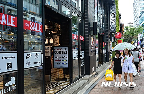 서울 중구 명동에 위치한 상점이 개문 냉방 영업을 하고 있다. /사진=뉴시스