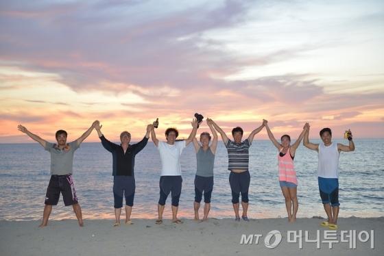 '벗삼아호' 대원 7명이 필리핀의 한 바다에서 포즈를 취했다. (왼쪽부터) 김동오, 황종현, 허광음, 허광훈, 윤병진, 심지예, 표연봉씨/ 사진제공=들메나무