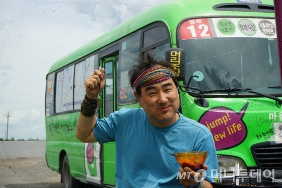 '종로12' 마을버스 '은수'와 함께 세계를 누빈 임택씨. 그는 55세에 677일동안 48개국을 여행했다./ 사진제공=메디치미디어