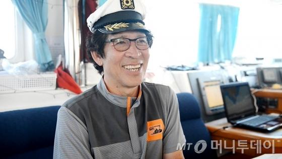 """요트 '벗삼아호'를 구입, 선장이 돼 52일간 제주-일본-대만-필리핀을 항해한 허광음씨. 7명의 대원과 함께한 그는 """"리스크를 감수해서 더 짜릿했다""""고 했다. /사진제공=출판사 들메나무"""