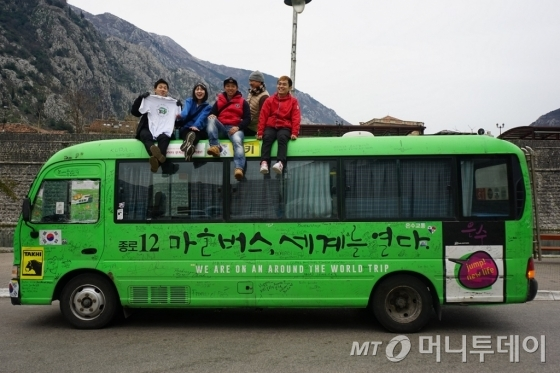 임택씨는 세계일주 중 배낭여행을 하는 젊은이들을 만나 대화를 나누며 각 세대를 이해하는 기회가 됐다고 전했다. /사진제공=메디치미디어